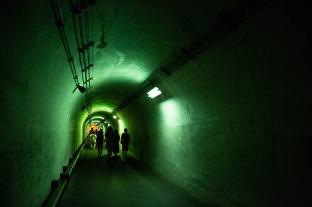 トンネルの中は緑や赤で彩られていました。