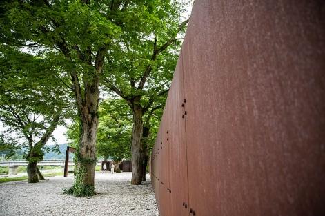 鉄の高い壁に圧倒されますが、その反対側は手つかずで、どこか懐かしい川の風景。