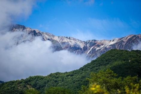 朝、部屋から見た白馬の山々