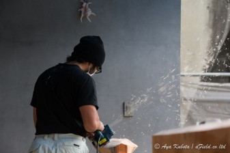 サバニを作る若い大工