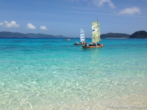 座間味の海に浮かぶサバニ